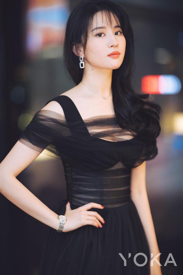 刘亦菲佩戴卡森臻我系列腕表演绎都市女性穿梭于日夜间的两种生活状态(图片来源于品牌)