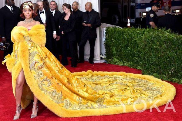 蕾哈娜穿郭培高定作品《一千零二夜》系列作品  图片来自品牌