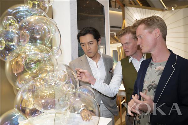 Piaget伯爵品牌大使胡歌与荷兰艺术家Verhoeven 兄弟参观展览(图片来源于品牌)