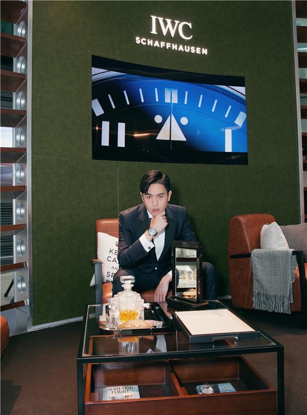 品牌挚友张若昀佩戴IWC万国表喷火战机大型飞行员万年历腕表探访IWC万国表飞行员主题展厅(图片来源于品牌)