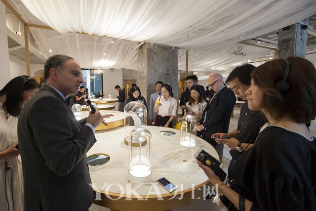 欧米茄国际品牌传承经理Petros Protopapas先生为到场嘉宾讲解欧米茄女士腕表臻品