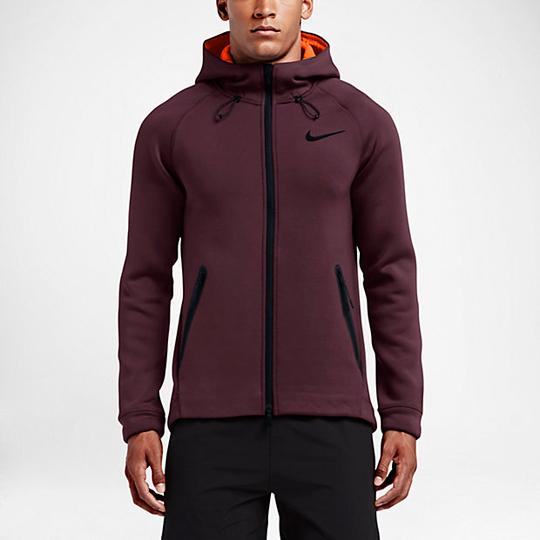 减龄装备 有杨洋的同款运动衫和牛角扣大衣就够!
