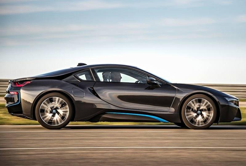 全新宝马i8取消了原有概念车上的结构性前风挡玻璃