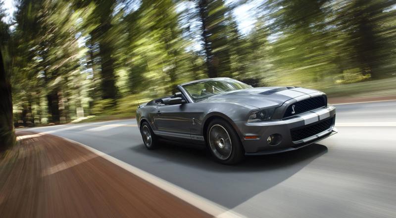 现款的野马ShelbyG T 500可谓50年来最为强悍的野马跑车,这不仅是V 8引擎重新回归,而且排量达到迄今为止最大的5.8L,如此强劲的心脏造就出650马力的猛兽,而813N m的最大扭矩足以让它立足一众超跑之中,六速手动变速箱更能让其强大动力得到尽情发挥。或许还有人认为手动挡在现时显得不够普及,但问题是813N m的扭矩足以将大部分自动变速箱摧毁,3.