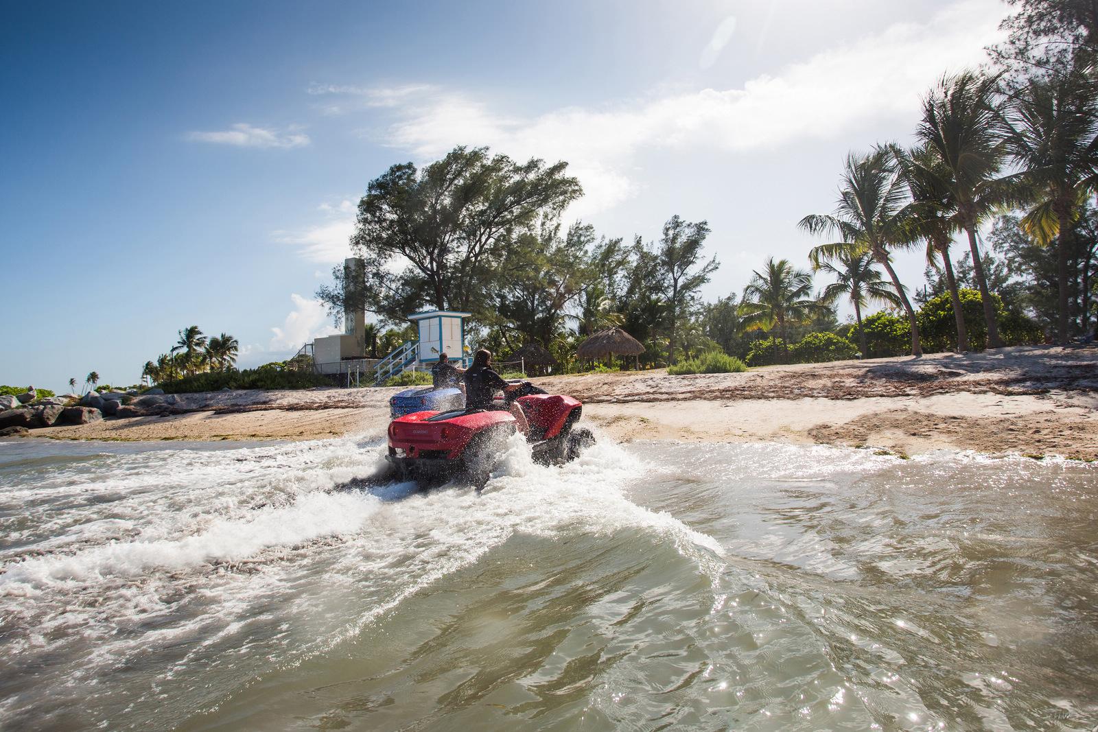 美国开售水陆两栖车 售价约25万元