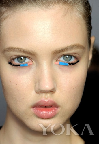 Style1:彩色胶布贴的下眼线
