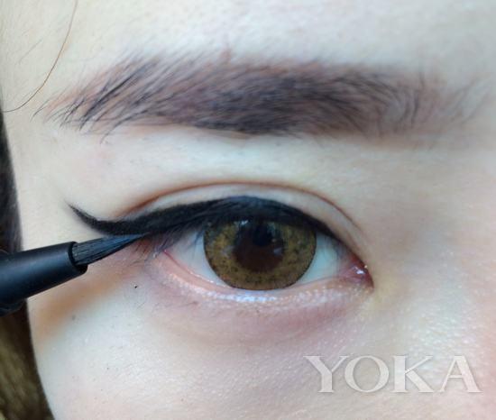 打造步骤: step3:使用眼线笔勾勒眼线部分