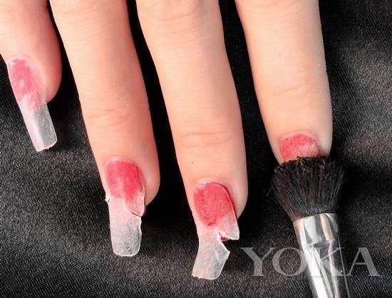 打造步骤: 1,涂抹红色指甲油