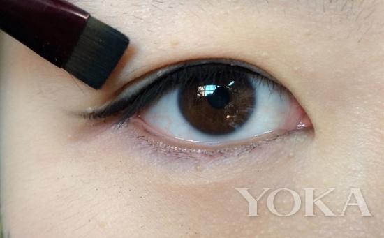 眼妆总是脏脏的?因为你一直get错重点! 虽然眼妆有很多丰富多彩的色系,美妆达人们也经常展示各种鲜艳大胆的眼妆,但是说到亚洲女孩,最常使用、也最适合的颜色还是大地色系。不过,大地色虽然是最好驾驭的颜色,如果不懂得如何搭配和堆叠,还是很容易把眼妆弄得脏脏的。所以重点一:眼部打底很重要为了让眼影更显色也更服贴,先用比眼睛四周浅一号的粉底或者专用的眼部打底给眼周打底,这样画出来的眼妆才不会容易显脏。另外,油性肌肤如果上妆时间过长,加之外界环境影响通常容易出现脱妆、晕妆的现象,而干性肌肤则容易出现起