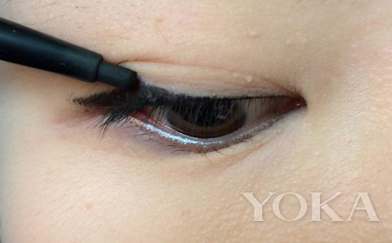 轮廓色眼影粉在双眼皮内部至眼头渐变晕染