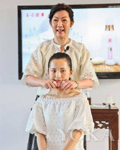 宝洁公司大中华区培训总监Sandy女士演示全新玉石按摩手法。