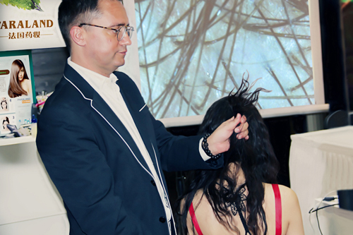 发朵全球培训师做头皮检测