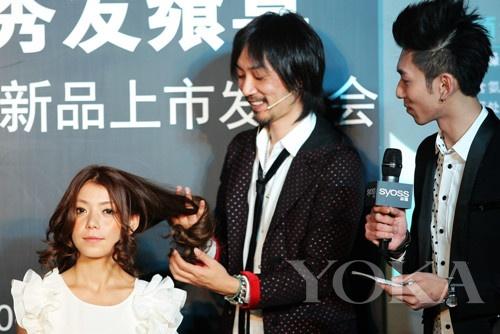 日本著名发型大师高木达也先生现场给模特做造型
