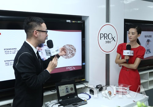 Pro-X首席护肤专家高培老师在媒体发布会现场向大家展示王丽坤肌肤测试的原理及结果