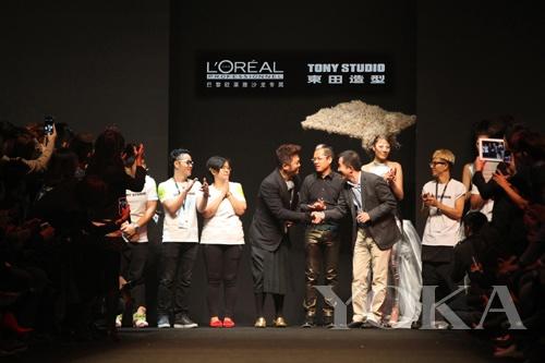 李东田先生与欧莱雅专业美发产品部事业发展部总经理徐斌先生握手