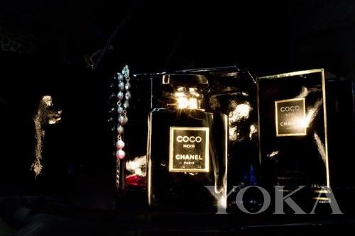 YOKA编辑在暗夜里用一支手电筒的光捕捉到的香水瓶印象。