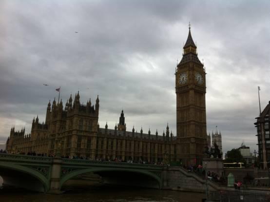 河边的伦敦塔,游人可以在此一睹英国皇家珍宝的风采