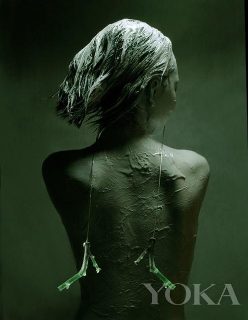 翠玉竹枝的剔透在沉稳的色调衬托下焕发着生命力