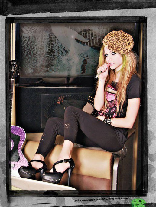 艾薇儿   又出新写真了,几张大片中她依旧不改朋克气质.   高清图片