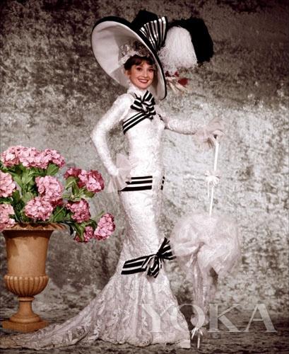 奥黛丽赫本在《窈窕淑女》里的这套时装极具新古典风格特征
