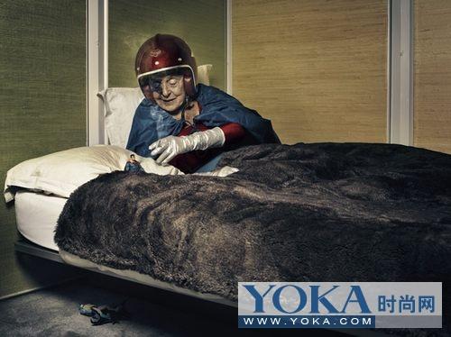 老式发廊中的超人奶奶
