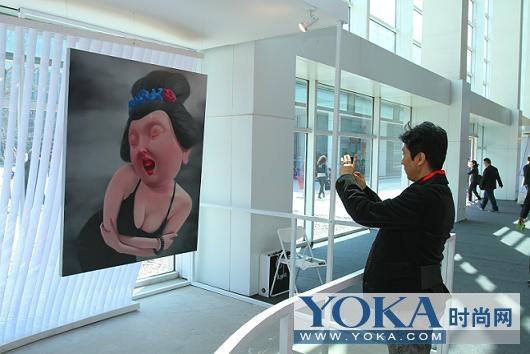 连廊中的艺术作品引起了观众的兴趣