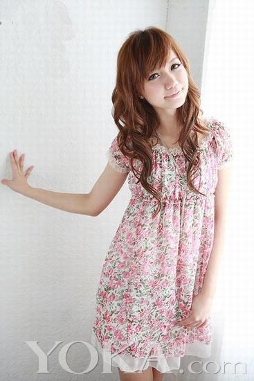 亮丽的颜色衬出白皙的肤色,搭配一款自己喜欢的时尚发型,碎花公主范