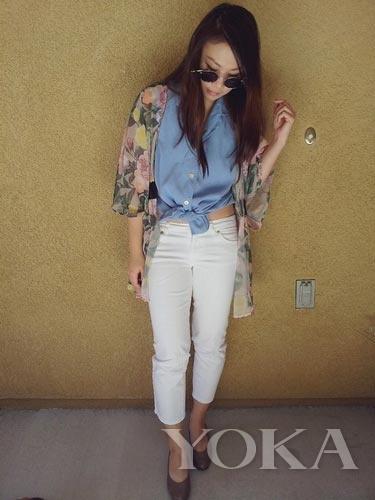 蓝色衬衫搭配九分裤与印花罩衫