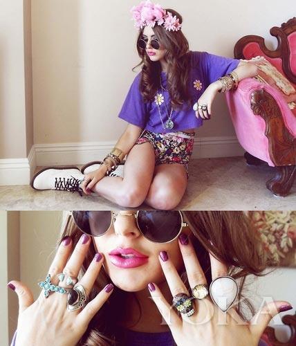紫色T恤搭配碎花短裤