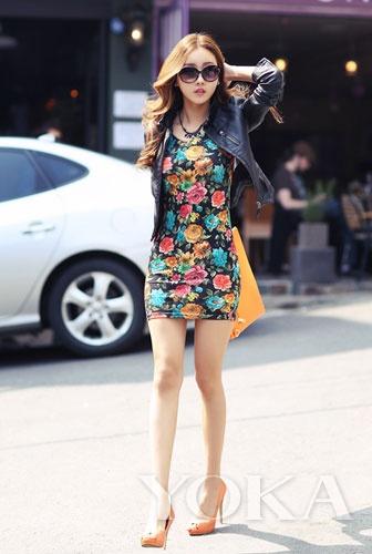 印花超短裙搭配黑色皮夹克帅气性感美女长韩国腿的大图片