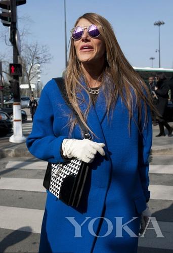 russo湖蓝色呢子外套搭配黑白几何图案