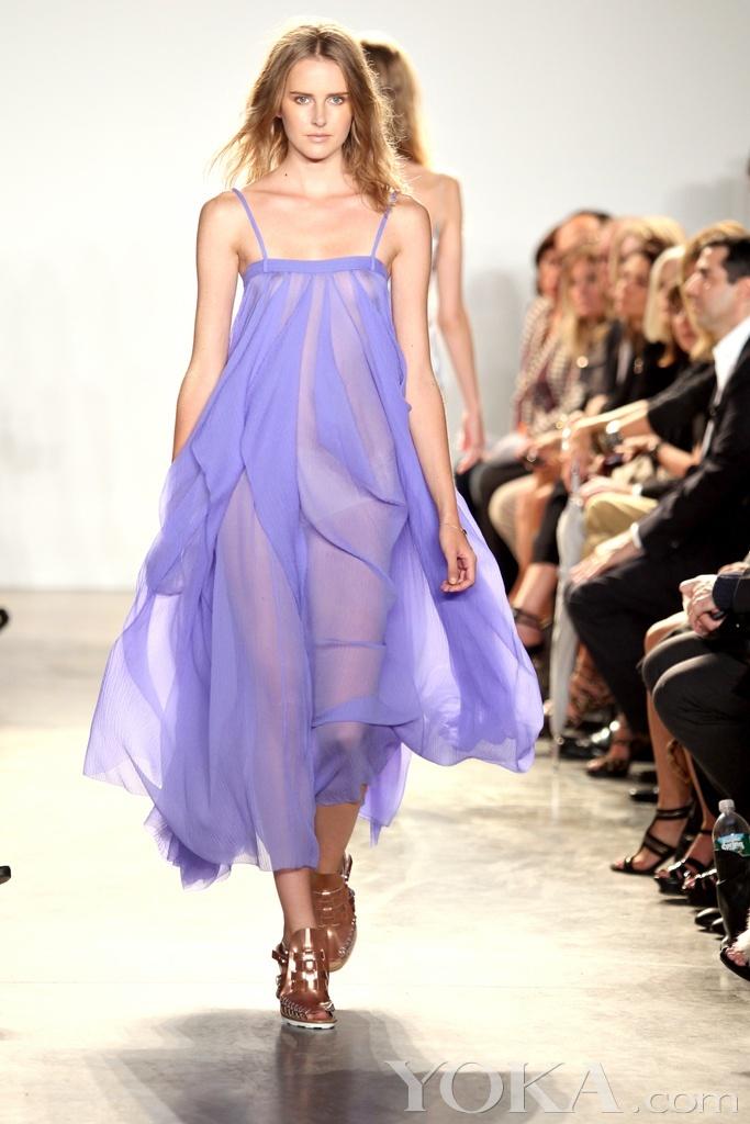 柔美的淡紫色意味着春天,就像修剪后开满花的英式花园,或是凌乱藤蔓中的小凉亭;50年代的雪纺绸裙子,冷却的饼干和五彩纸屑一样。与整洁的白色,裸色以及蓝色格子布搭配起来就成就了Thakoon 极具季节氛围的2011春夏系列。除却它满足了我内心充满幻想的颜色以外,Thakoon的布料和裁剪也是十分时尚的。尤其是那种透明飘逸的感觉,整体看起来真的很不错。