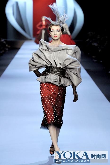 2011春夏Dior高级定制时装发布 开场模特Karlie Kloss