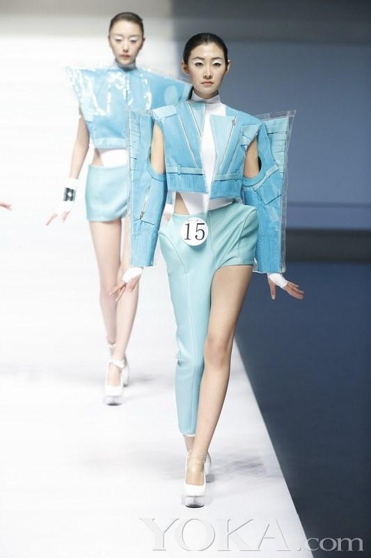 3月25日,由中国服装设计师协会与汉帛国际集团共同主办的汉帛奖第21届中国国际青年设计师时装作品大赛决赛在北京饭店隆重举行。本次大赛以边界为设计主题,要求参赛者为时装发布会上的时尚编辑们设计服装,旨在让设计师打破国与国、人与人、物质与物质的边界,将创意想象延伸到一个无限的境遇。