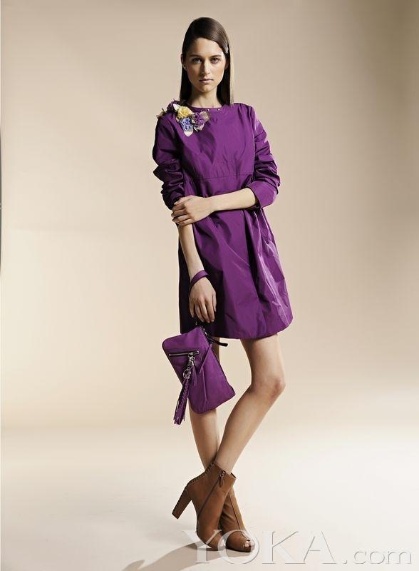 精致的圆环腰带让外衣的优雅气质悠然而升.
