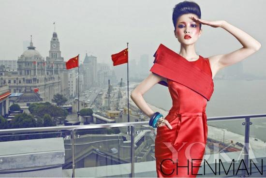 红色小礼服的大模对国旗的敬礼