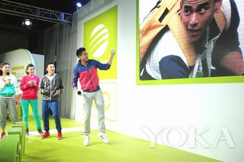 """彭于晏现场演示adidas NEO Label""""出手有范""""手机互动APP"""