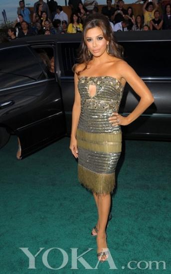 性感 设计 穿衣/小麦色的肤色与金属质感的亮片礼服搭配出让人惊艳的效果,胸口...