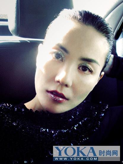 为某杂志拍摄的内页大片,亮亮的眼妆配上红色的唇妆实在是很迷人。
