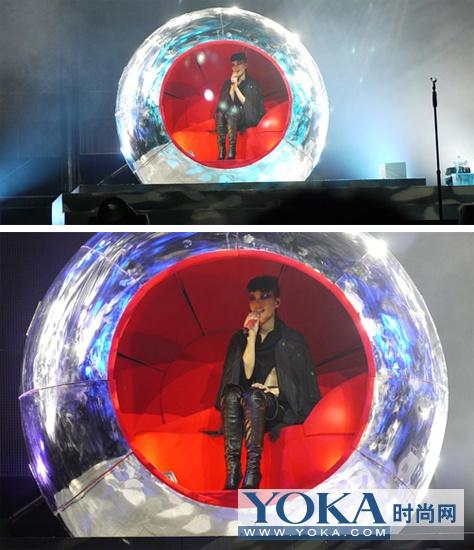 身着一身黑色裤装坐在水晶球当中的造型实在是叫人着迷。