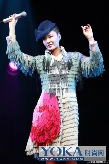 这条裙子的流苏是一排排拼出来的,已达到流畅动感的效果
