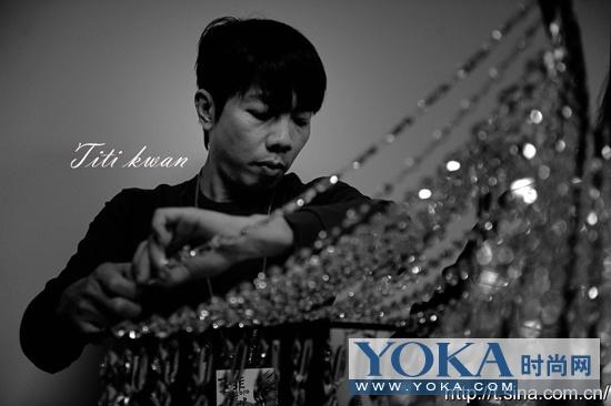 造型师TiTi Kwan在整理此次演唱会中的水晶裙