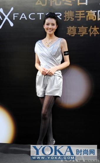 高圆圆蜜丝佛陀活动_高圆圆银色礼裙型彰显好身材高圆圆身着ALEX