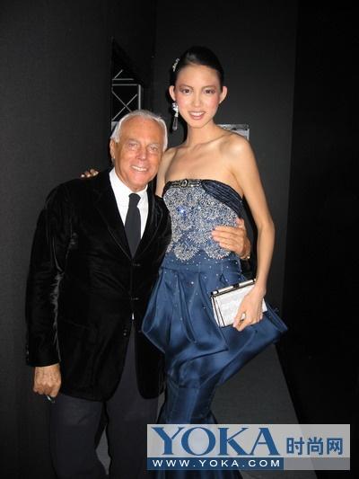 张梓琳与世界著名的设计师乔治·阿玛尼(giorgio arman)在一起
