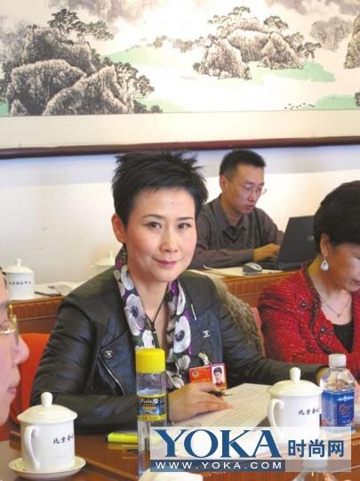 李小琳坐在政协代表中十分打眼