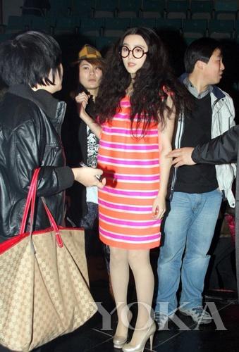 早在2009年范冰冰生日会现场一向气场十足的范爷卖萌亮相,可爱的短发