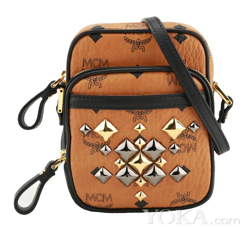 以迷彩或豹纹与纯色相配,以尼龙材质与牛皮饰边打造轻盈感背包.图片