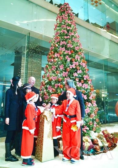 上海尖尖角国际儿童俱乐部合唱团的孩子们点亮浦东香格里拉酒店的草间弥生圣诞树