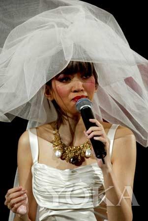 梅艳芳在台上不断挥泪