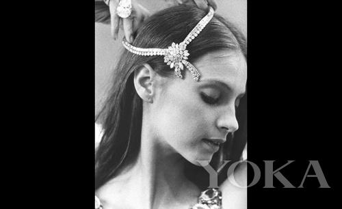 主角Suzanna Farrell 戴着真正的 Van Cleef & Arpels 钻石项链